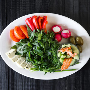 Фермерские овощи с козьим сыром