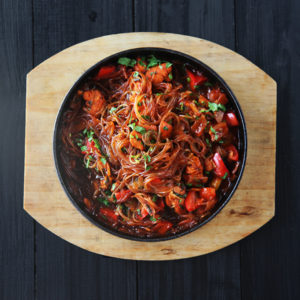 Фунчоза с курицей и овощами на сковородке