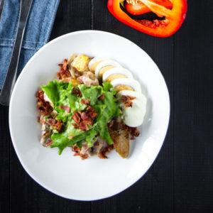 Салат с отварным мини картофелем, обжаренными шампиньонами и беконом