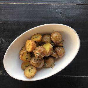 Отварной мини картофель с розмарином и чесноком
