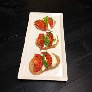 Мини брускетта с томатами и базиликом (заказ от трех штук)