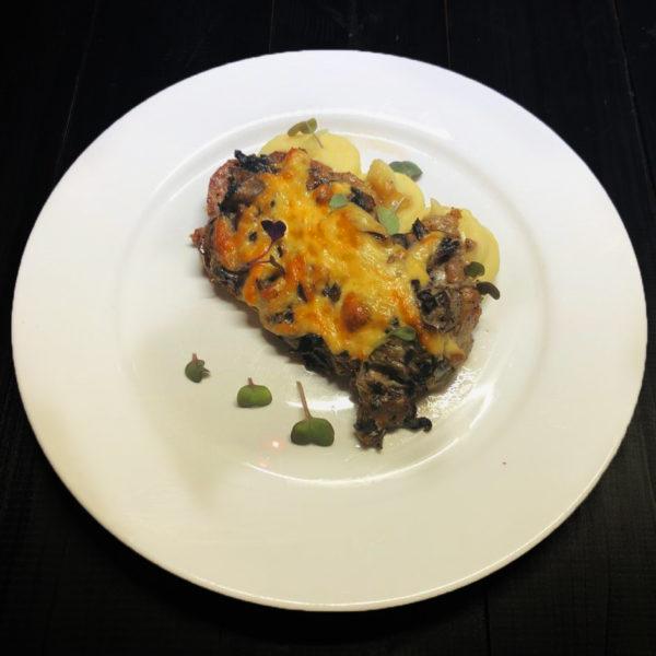 Телятина запеченная с грибами, сыром и пюре из картофеля 1