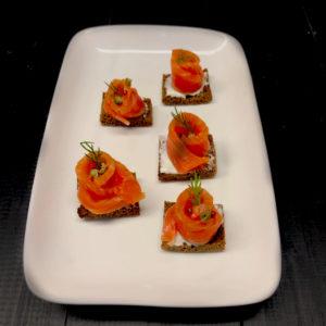 Канапе с лососем на черных тостах с каперсом(заказ от пяти штук)