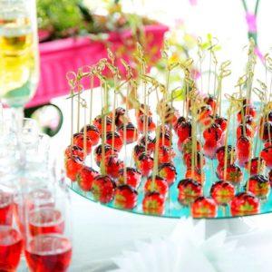 Сезонные фрукты с шоколадом на зеркале